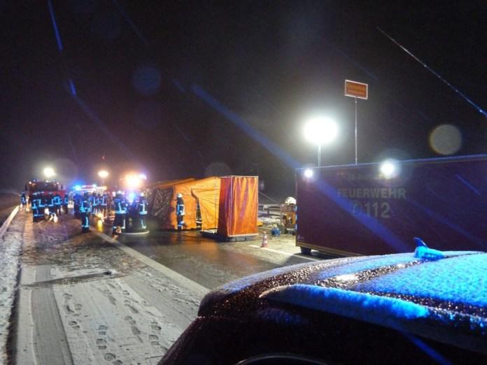 Im Hintergrund das beheizte Umkleidezelt der Einsatzkräfte. Foto: Feuerwehr Kempten