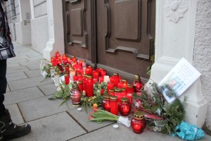 Vor dem Rathaus legten viele Bürgerinnen und Bürger Kerzen, Fotos und Blumen nieder. Foto: Stadt Memmingen