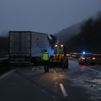 20161221_A96_Aitrach_Aichstetten_Lkw-Unfall_Ladung_Polizei_Poeppel_0050