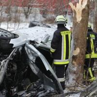 20170107_A7_Leubas_Pkw-Unfall_Baum_Schwerverletzte_Feuerwehr_Poeppel_0006