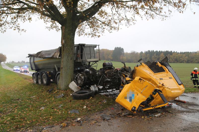 2017-11-07_Unteralgaeu_Hasberg_Lkw-Unfall-Feuerwehr_Poeppel_0008