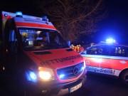 Kurz nach Mitternacht war der Fordfahrer zwischen Rottum und Mittelbuch unterwegs. In einer Linkskurve kam das Fahrzeug von der Straße ab, kippte auf die Seite und rutschte so zurück auf die Fahrbahn. Dort blieb es liegen. Der Fahrer war in seinem Auto eingeklemmt. Die Feuerwehr befreite den 48-Jährigen. Er verletzte sich bei dem Unfall schwer. Ein Krankenwagen transportierte ihn in ein Krankenhaus. An seinem Fahrzeug entstand Totalschaden in Höhe von ungefähr 8.000 Euro. Die Fahrbahn zwischen Rottum und Mittelbuch war nach dem Unfall für fast drei Stunden voll gesperrt.