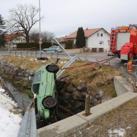 2017-12-27_Oberallgaeu_Durach_Miesenbach_Pkw-Bach_Unfall_Feuerwehr_Poeppel_0003