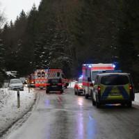 2017-12-30_Biberach_Kirchberg_Gutenzell_Unfall_Schneeglaette_Feuerwehr_Poeppel_0001