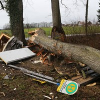 2018-01-04_Ravensburg_Immenried_Baum-stuerzt-auf-Bushaeuschen_Feuerwehr_Unwetter_Poeppel_0004