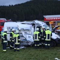 2018-01-19_Unterallgaeu_Erkheim_Guenz_Unfall_Lkw_Transporter_Feuerwehr_Poeppel_0012