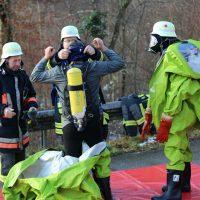 2019-12-10_B30_Ravensburg_Enzisreute_Baindt_Lkw-Unfall-Gefahrgut_Feuerwehr_PoeppelIMG_2451