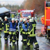 2019-12-10_B30_Ravensburg_Enzisreute_Baindt_Lkw-Unfall-Gefahrgut_Feuerwehr_PoeppelIMG_2453