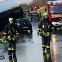 2019-12-10_B30_Ravensburg_Enzisreute_Baindt_Lkw-Unfall-Gefahrgut_Feuerwehr_PoeppelIMG_2459