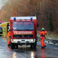 2019-12-10_B30_Ravensburg_Enzisreute_Baindt_Lkw-Unfall-Gefahrgut_Feuerwehr_PoeppelIMG_2463