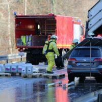 2019-12-10_B30_Ravensburg_Enzisreute_Baindt_Lkw-Unfall-Gefahrgut_Feuerwehr_PoeppelIMG_2519