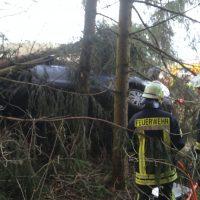 2019-12-18_Unterallgaeu_Kirchhaslach_Unfall_Pkw-Baum_Feuerwehr_Poeppel_IMG_2865