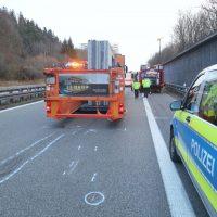 2020-02-25_A96_Leutkirch_Aichstetten_Lkw_Pkw_Feuerwehr_BX4A3119