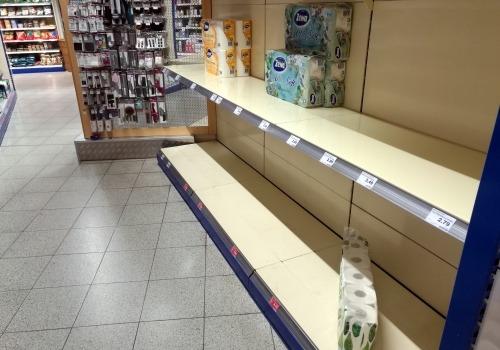 Fast ausverkauftes Klopapier im Supermarkt, über dts Nachrichtenagentur