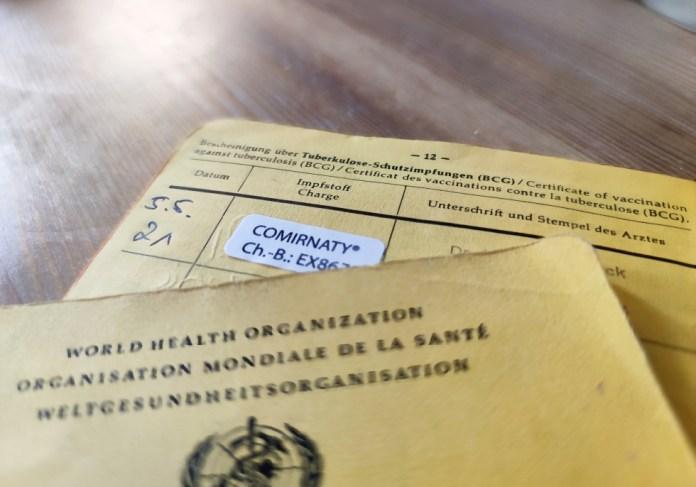 Impfpass mit Eintrag einer Biontech-Impfung gegen Corona, über dts Nachrichtenagentur