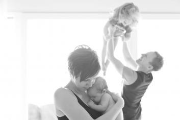 Familienfotos zuhause Kinderfotos Familienshooting orange-foto Babyfotos