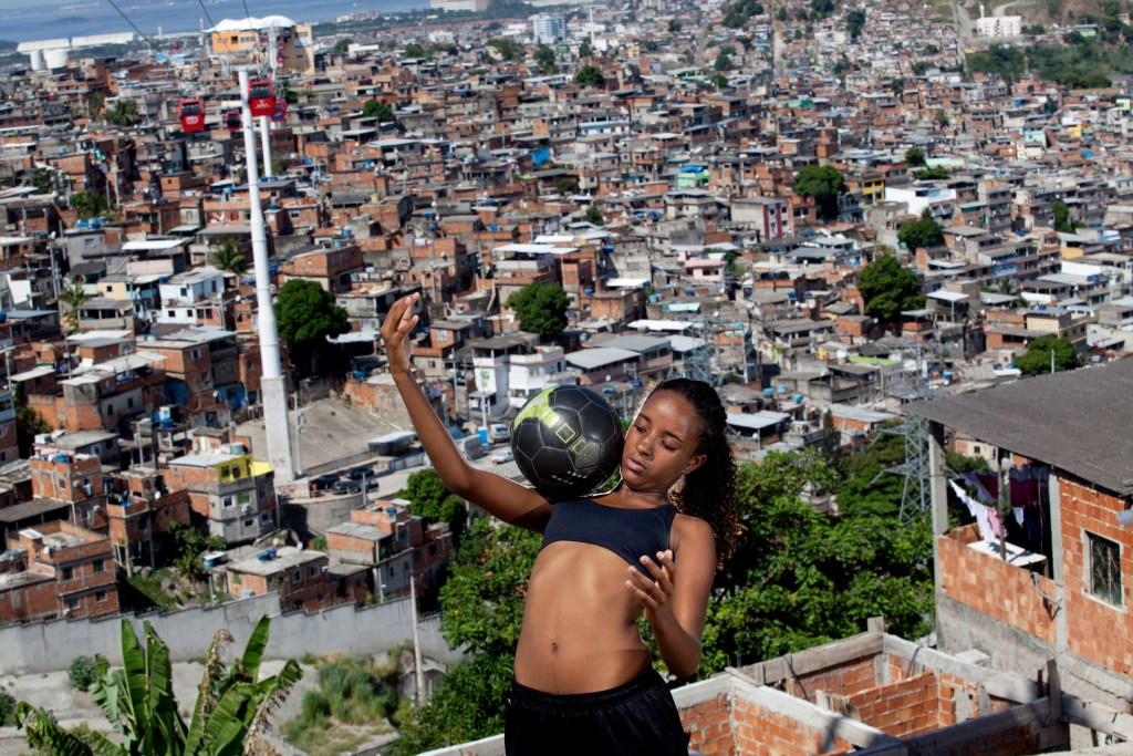 Marcia Zoet. Karen Prado - jogadora de futebol feminino do Complexo do Alemão da série As Donas da Bola, 2014.