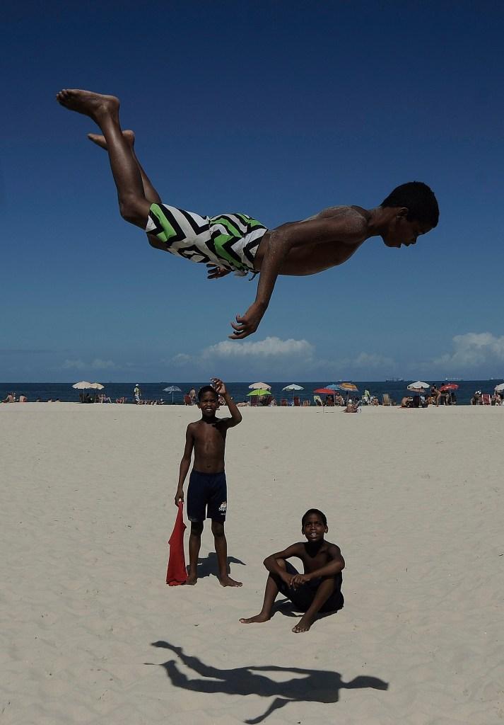 Fabio Teixeira. Salto em Copacabana (menino brinca de saltar na praia de Copacabana, Zona Sul da cidade do Rio de Janeiro), 2013.
