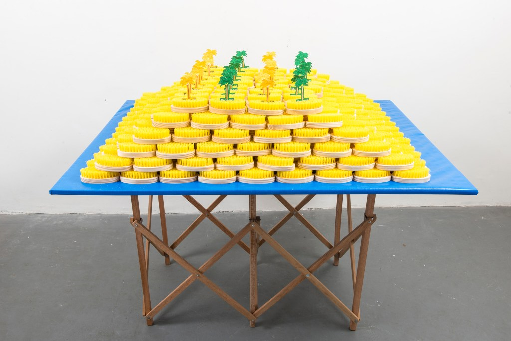 Balneário, 2016, tent, foldable table, brushes and appliques