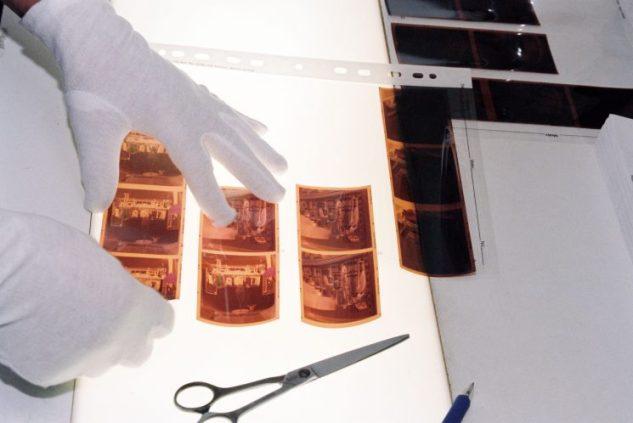 De negateven worden in een acetaat-vel gestopt.
