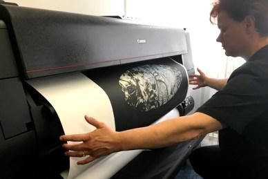 Van negatief of digitaal beeld een grootformaat afdruk maken.