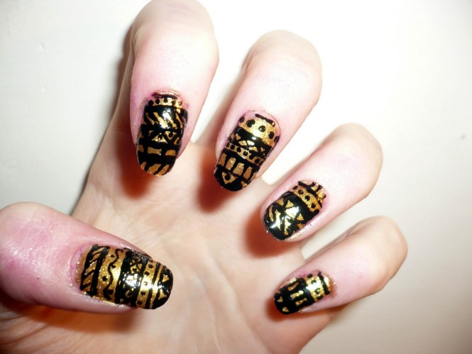 Black And Glitter Gold Nail Art Design Gives Your Matte Nails Some Atude By