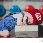 10 Babys in Kostümen von Kino- und Actionhelden (ihrer Eltern)