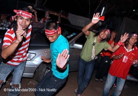 24 wat uthai young red shirts dancing