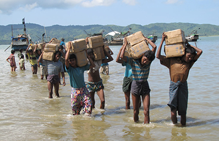 Displaced Rohingya receive aid. Photo by Mathias Eick, EU/ECHO on flickr.