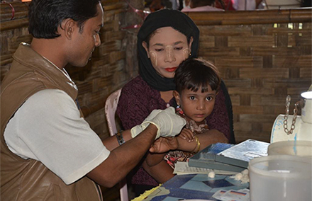 A Rohingya woman and child receive medical assistance. Photo by European Commission.