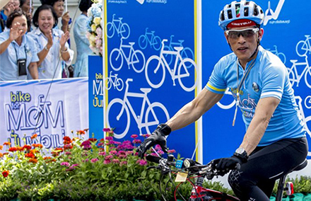 Thailand's Crown Prince Vajiralongkorn cycles in the 'Bike for Mom' event in Bangkok. Photo: Reuters.
