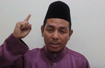 """Abdul Karim Khalib of the Barisan Revolusi Nasional (BRN) rebel group criticizes Thai """"colonialism"""" in a six-minute video posted online 7 September. Photo from YouTube."""