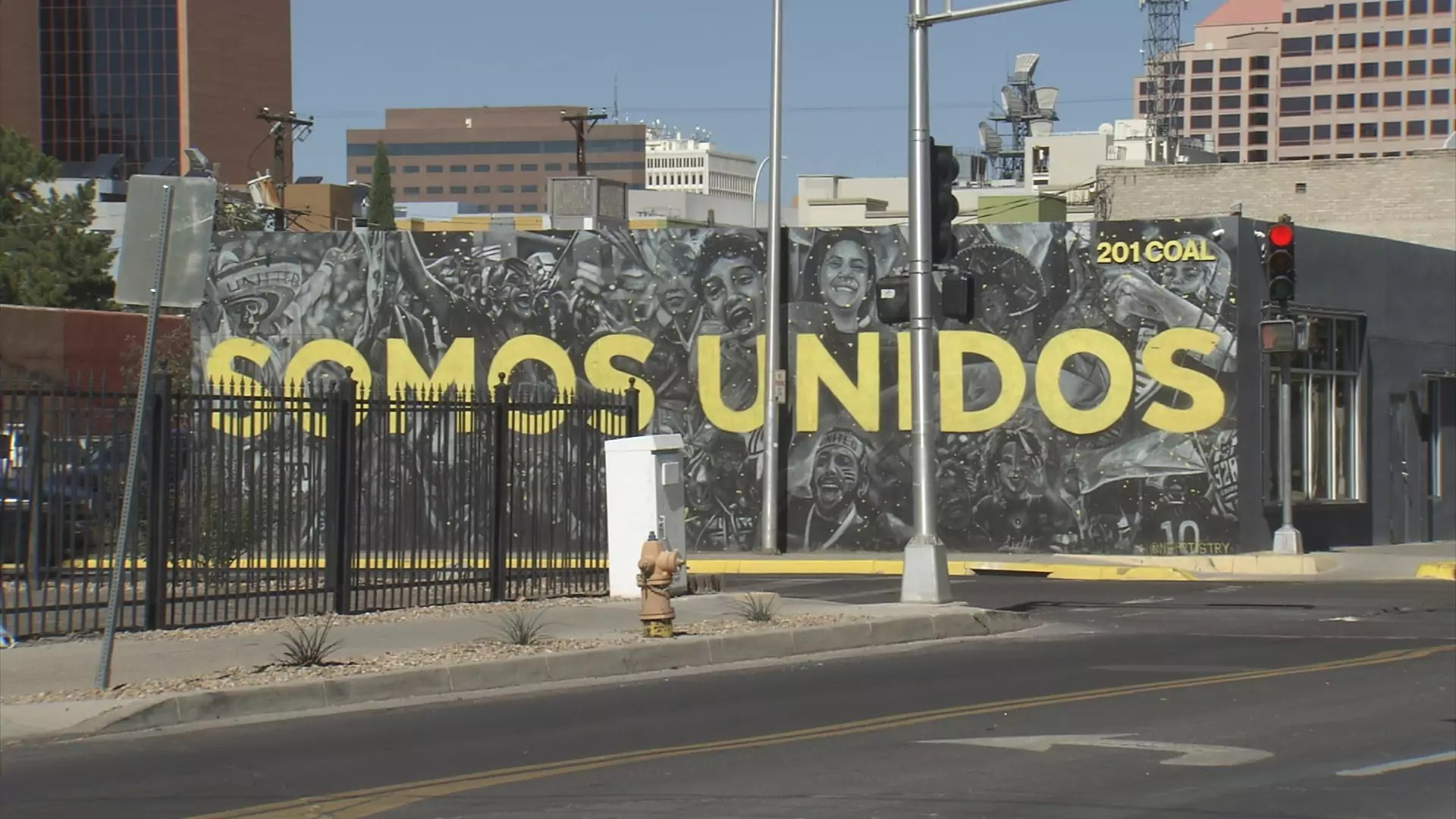 """A mural that says """"somos unidos"""""""