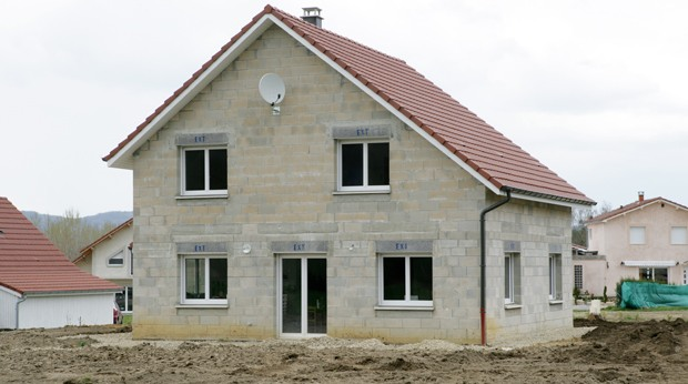 Les hausses de tarifs en assurance habitation pour 2011 for Assurance maison en cours de construction