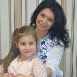 Andreea, alături de profesoara de canto Alina Apetrii