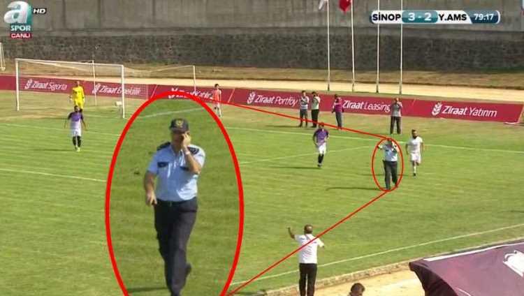 Полицейский вышел на поле во время матча