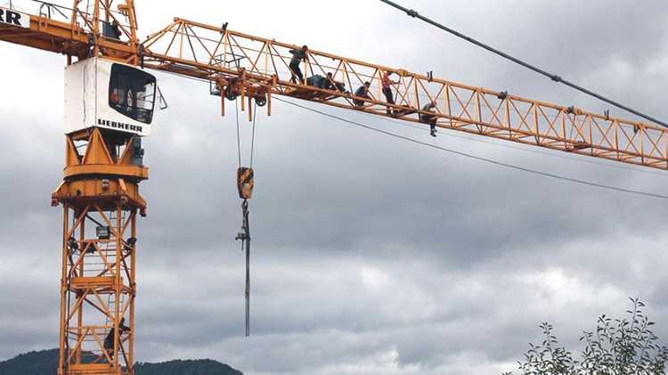 7 рабочих бастуют на стреле подъемного крана