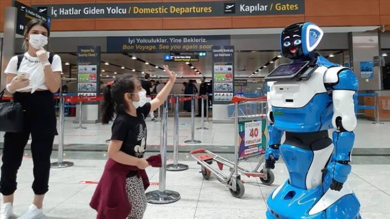Российский робот стал сотрудником аэропорта Стамбула
