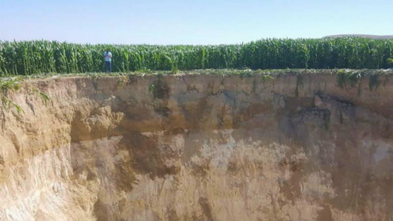 30-метровый провал посреди поля