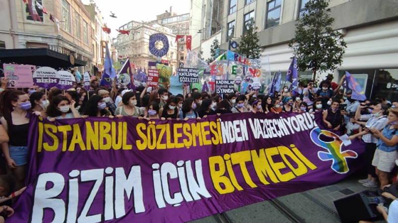 Тысячи женщин вышли на протесты по всей Турции