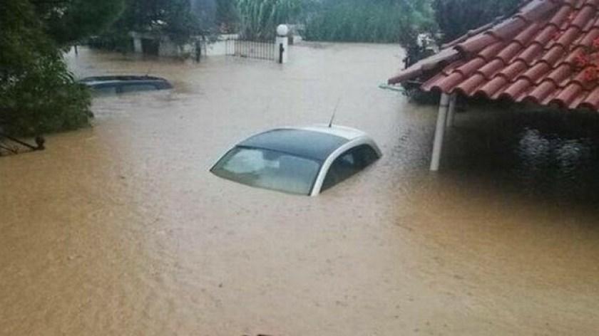 Αυτοκίνητα βούλιαξαν στη λάσπη που προκάλεσε το κύμα κακοκαιρίας στην Εύβοια