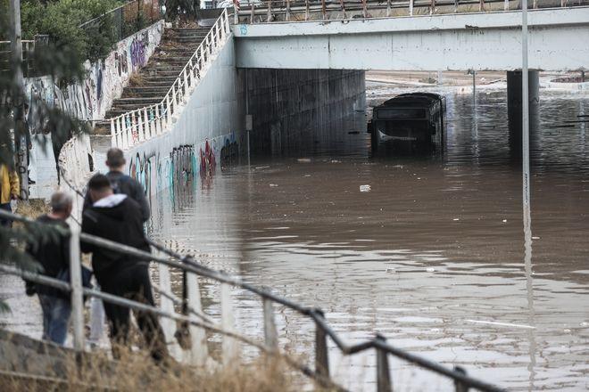 παλιά λεωφόρος Ποσειδώνος κάτω από τη γέφυρα του Ιδρύματος Σταύρος Νιάρχος
