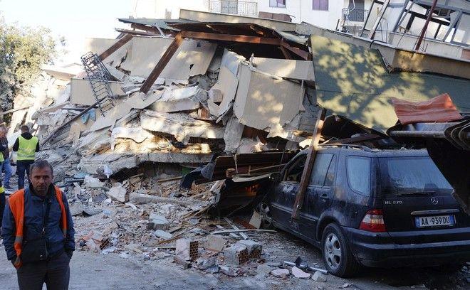 Σπίτι έχει καταρρεύσει μετά τον σεισμό στην Αλβανία