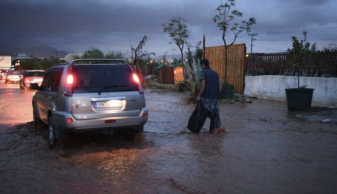 Ποτάμια και πάλι οι δρόμοι στη Μάνδρα