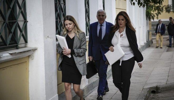 Η σύζυγος του πρώην υπουργού Σταυρούλα Κουράκου και ο Γιάννος Παπαντωνίου κατά την προσέλευσή τους στον ανακριτή