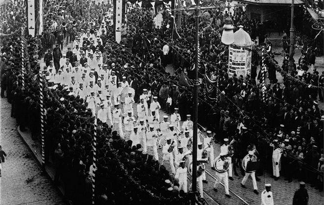 Τουρκικά στρατεύματα παρελαύνουν στη γέφυρα του Γαλατά προς την Κωνσταντινούπολη τον Οκτώβριο του 1923. Η Μικρασιατική καταστροφή έχει ήδη συντελεστεί