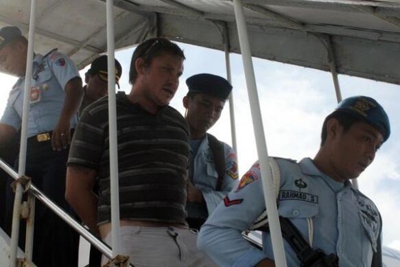 Passageiro a ser detido pelas entidades indonésias