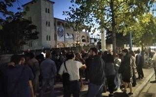 Διαμαρτυρία για τα εμβόλια έξω από την Μητρόπολη Λάρισας