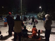 Suosiollinen sää veti Rudolfinpuiston pulkkamäen täyteen laskijoita.