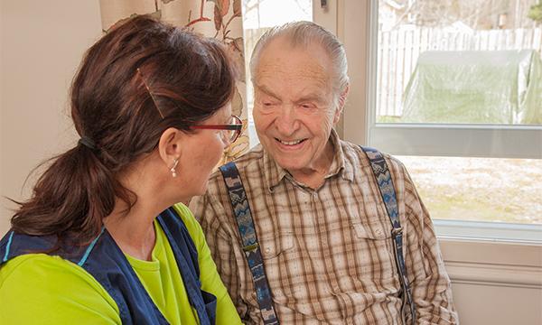 Kotihoito tukee ikääntyneiden kotona asumista. Kuvituskuva. Kuva: Margit Lindholm.